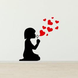 Menina e as Bolhas de Coração